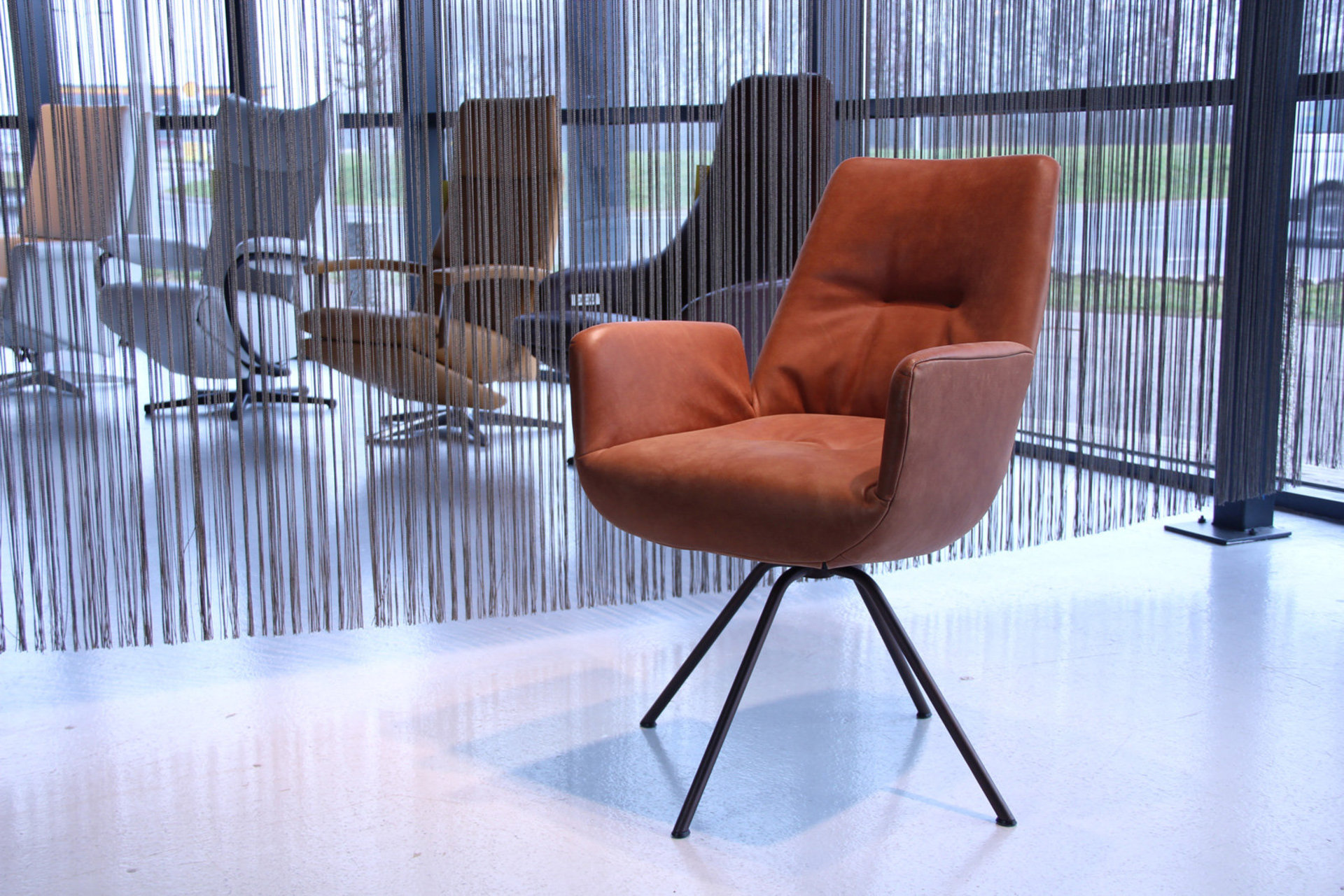 img-0188.jpg-eetkamerstoel-design-lody-draai-gealux-bentley-leder-200-cognac.jpg